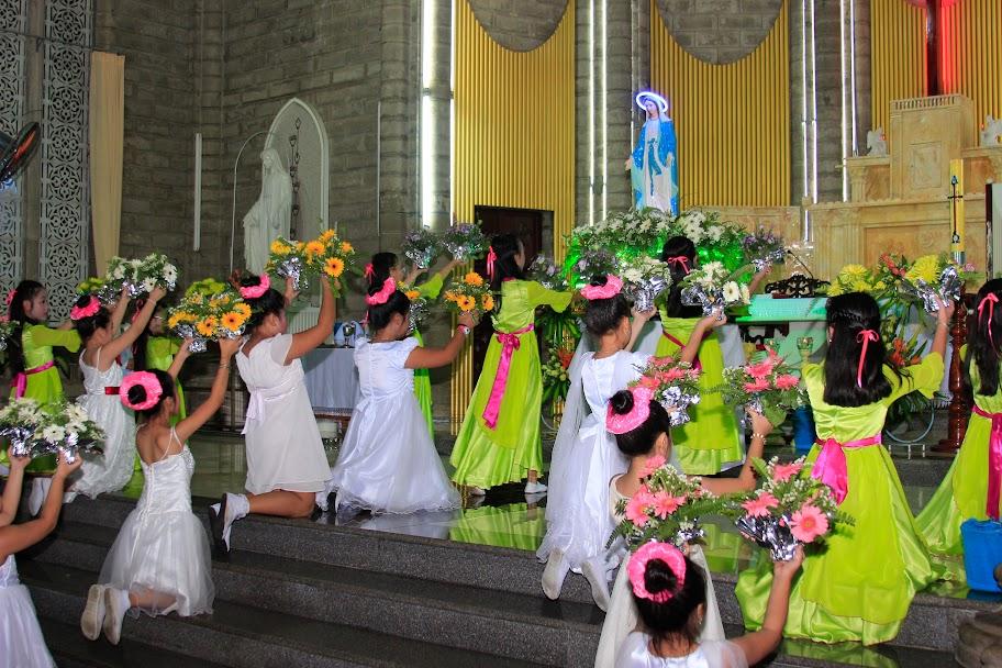 Hình ảnh Giáo xứ Chánh Tòa dâng hoa kính Đức Mẹ
