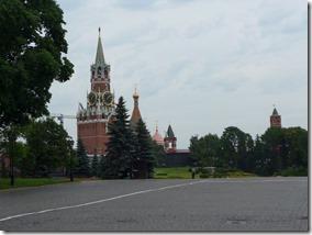 interieur du kremlin. la tour du sauveur au loin la cathedrale St Basile