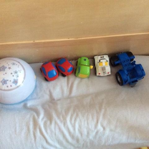 Spielzeugautos in einer Reihe