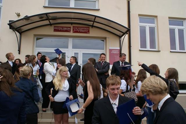 Zakończenie Gimnazjum przed budynkiem bis - DSC08135_1.JPG