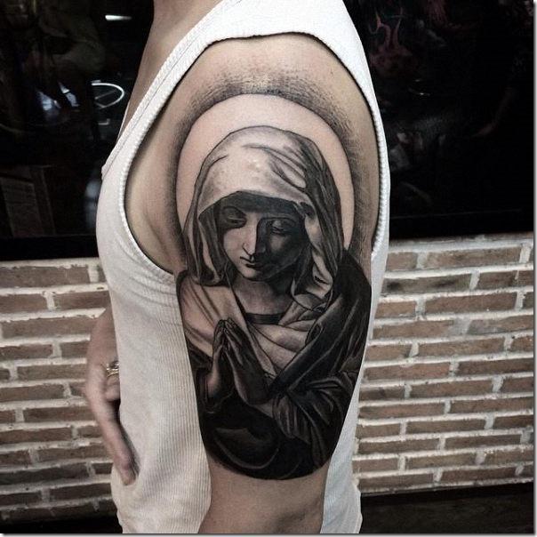 la_virgen_mara_en_tonos_de_gris_en_el_brazo