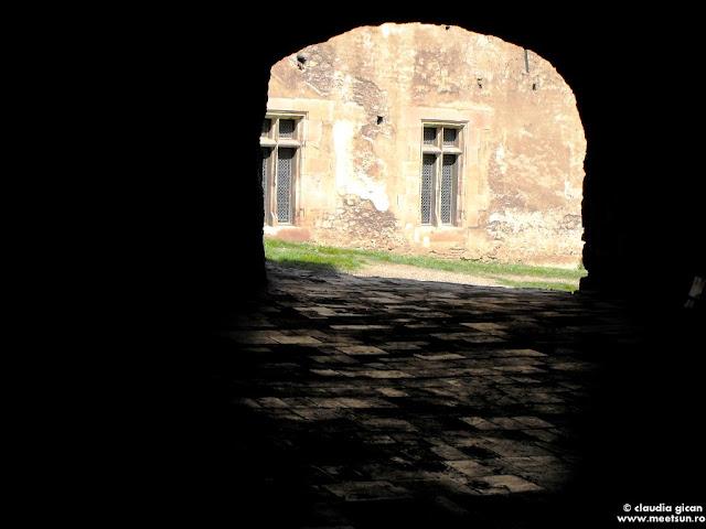 Castelul Corvinilor: gang spre curtea interioara