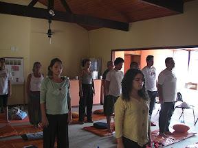 """Meditação de pé, """"respirando e trazendo atenção para o corpo de pé, o contato com o chão, o peso do corpo"""""""