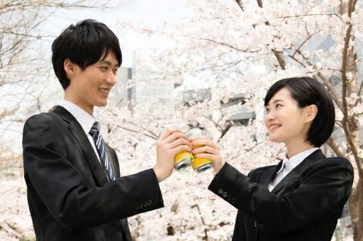 桜の木の下で乾杯