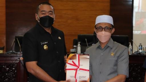 Wagub Audy Joinaldy Serahkan Nota Pengantar RAPBD 2022