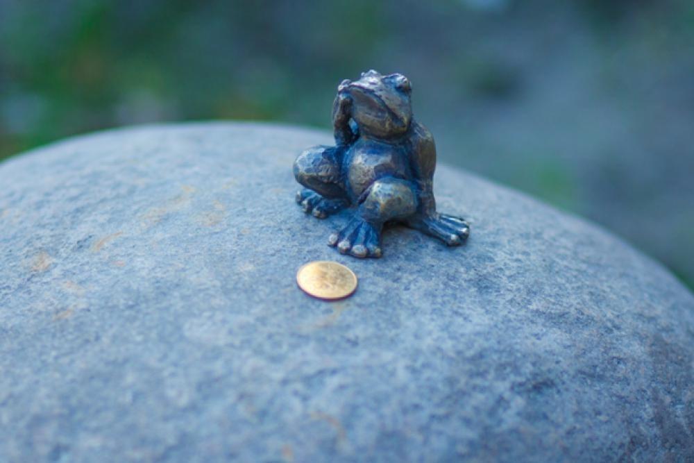 frog-traveler-monument-1