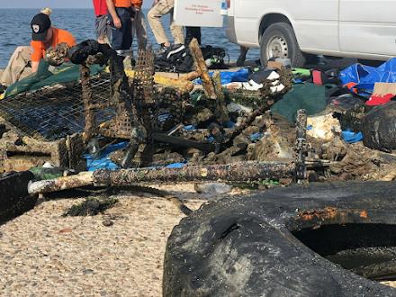 Γεμάτος σκουπίδια ο Θερμαϊκός : Έβγαλαν πατίνι, καρέκλα, μέχρι καρότσι του σούπερ μάρκετ