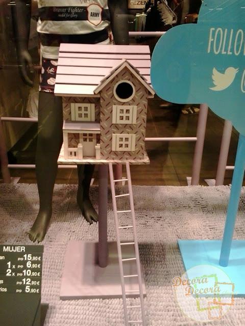 Decorar un escaparte con casitas de pájaros.