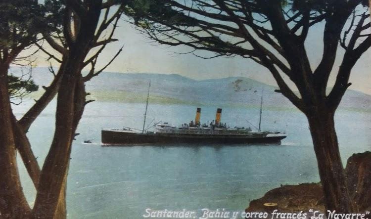 Clasica foto de los buques que llegaban a Santander. El LA NAVARRE fondeado. Colección Arturo Paniagua.jpg