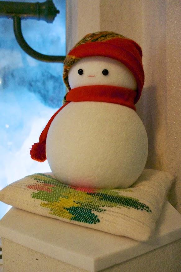 優佳良織の座布団に座る雪だるま