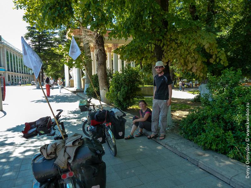 Пара из Франции, путешествующая на велосипедах по Грузии
