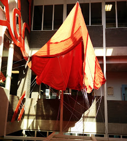 Geallieerde parachute behorend bij een droppingscontainer.