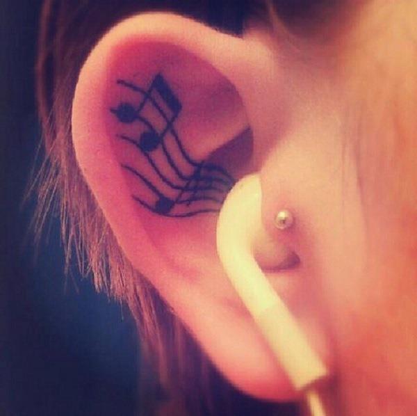 notas_musicais_tatuagem_na_orelha