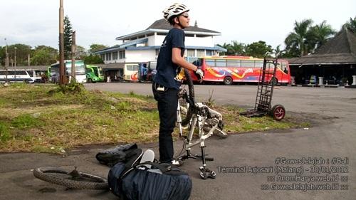 Packing sepeda di Terminal Arjosari