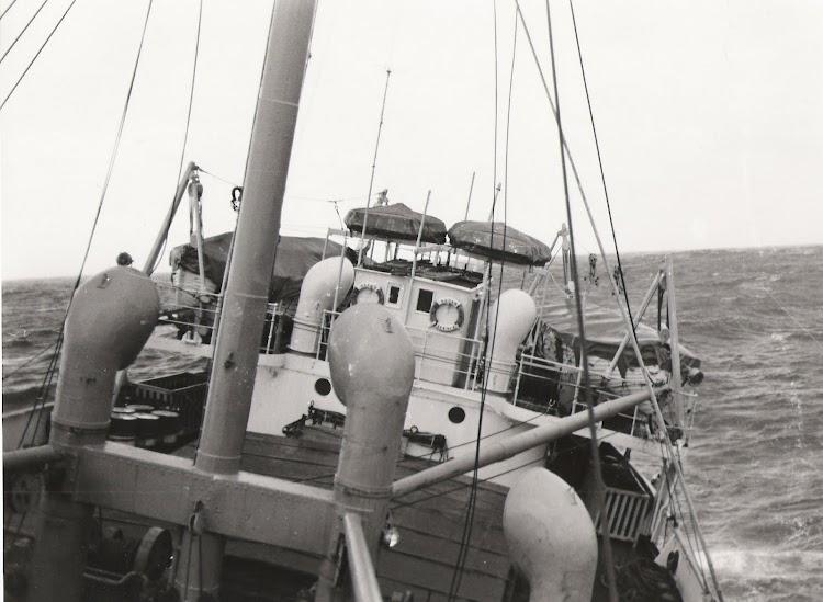 11- Extraordinaria foto del CIUDAD DE SALAMANCA luchando contra la cola del ciclón en el Atlántico. Foto personal del Sr. Francisco Javier Lámelas.jpg