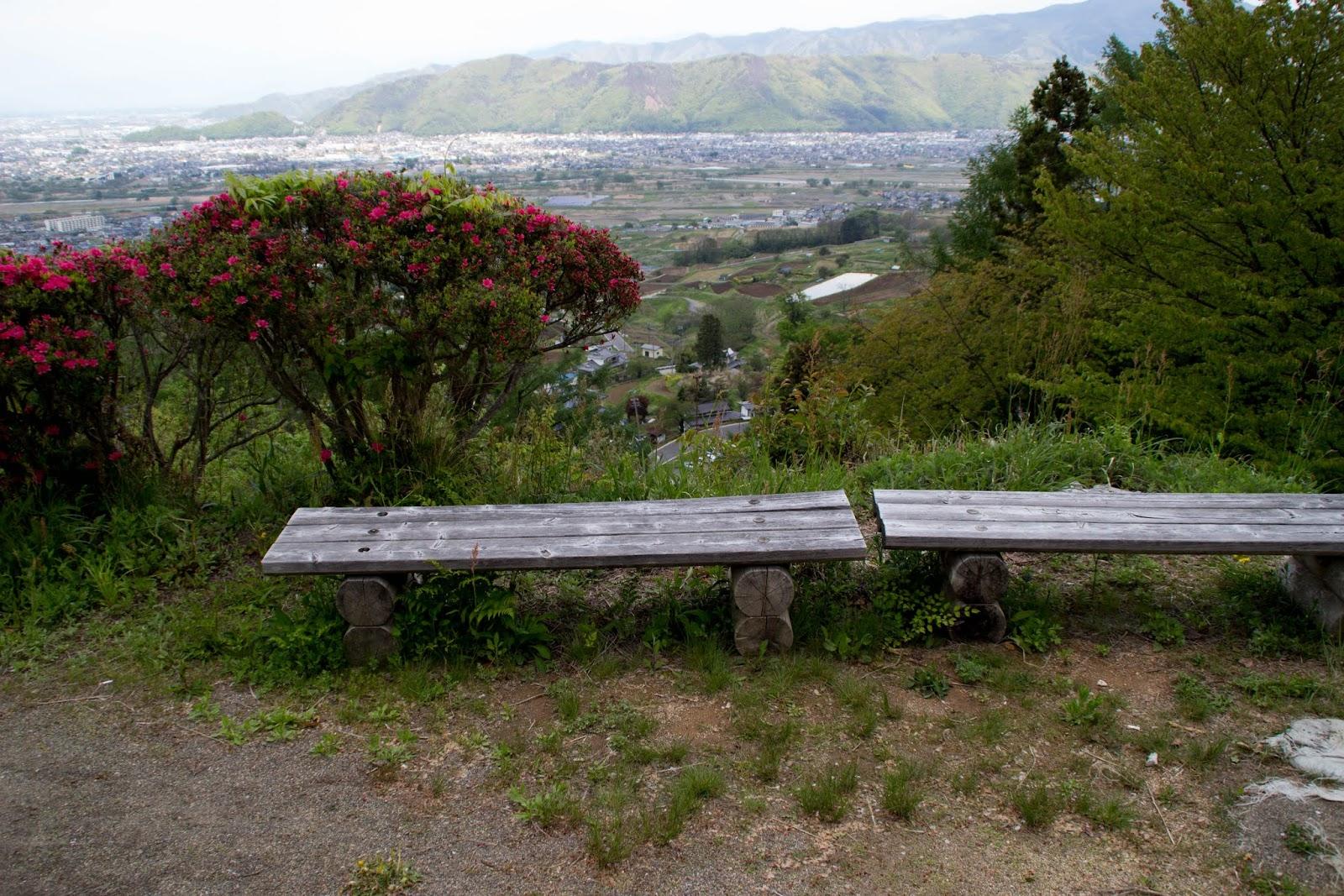 13:46 公園内のベンチ