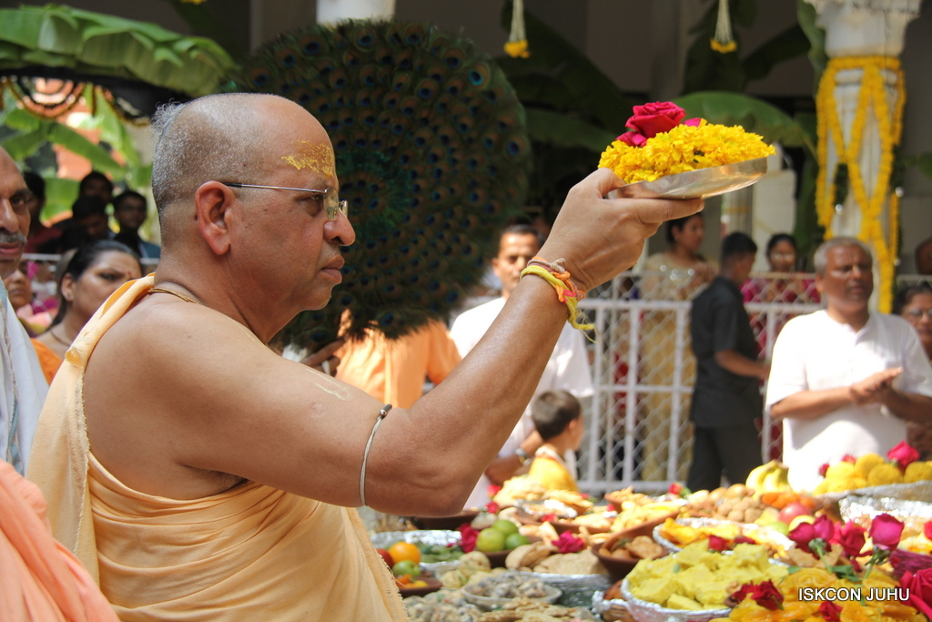 Govardhan Annakut Darshan  At ISKCON Juhu on 31st Oct 2016 (11)