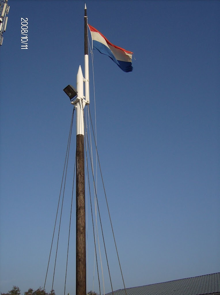 Naast de KPN antenne wappert de driekleur