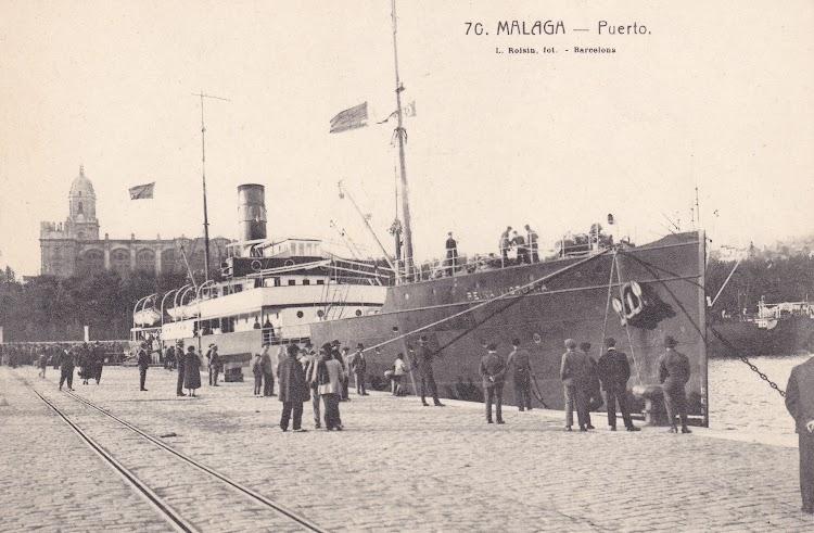Malaga. Ca. 1922. El REINA VICTORIA con los colores de Trasmediterranea. Colección Laureano Garcia Fuentes.jpg