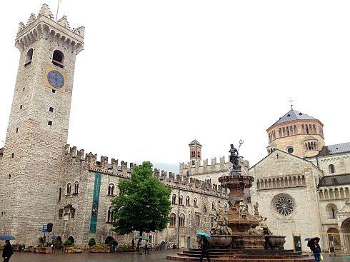 Domplatz mit Kathedrale San Vigilio in Trient/Trento, Italien