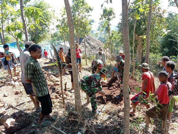 Manunggal Dengan Rakyat, Satgas Yonarmed 6/3 Kostrad Bantu Warga Pindahkan Pemakaman.