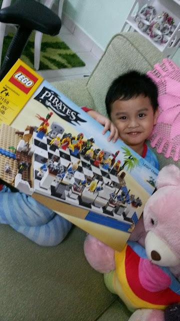 Wordless Wednesday #637...Seronok Awisy Dapat Lego