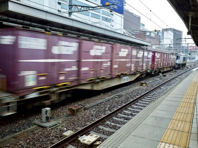 駅を通過する貨物列車