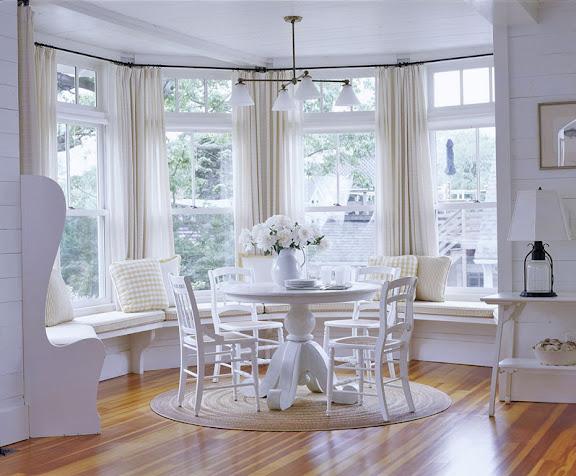 Sala de jantar com mesa redonda branca