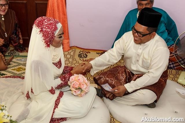 pengantin lelaki menyerahkan wang mas kahwin
