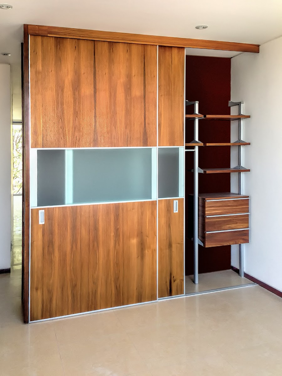 Pin closets con zapateras on pinterest for Puertas madera con cristal