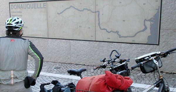 Miri mit den Rädern an der Donauquelle in Donaueschingen