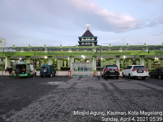 Bersih masjid di Masjid Agung , Kauman , Magelang