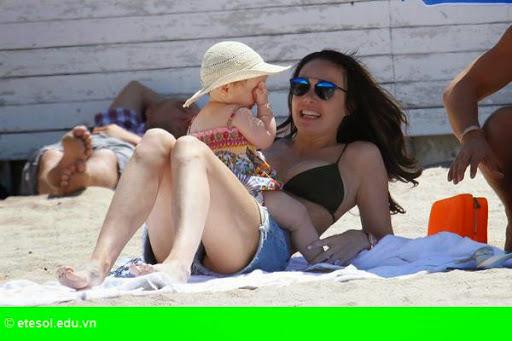 Hình 1: Con gái tỷ phú F1 vui chơi cùng chồng con tại Cannes