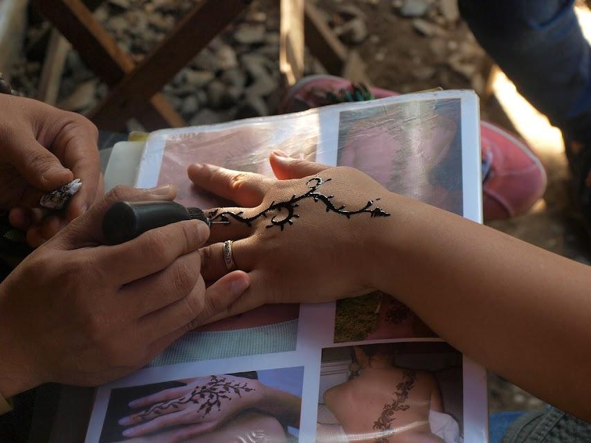Peligros de los tatuajes de henna negra en los niños