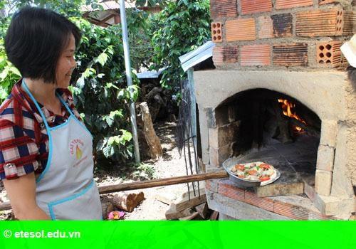 Hình 1: Ông chủ tiệm bánh pizza dưới chân núi Lang Biang