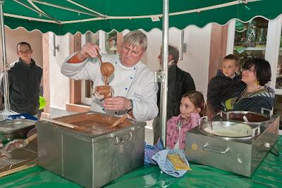 Passend zum bevorstehenden Osterfest konnten die jüngsten Besucher bei der Confiserie Krauss Schokoladenosterhasen gießen.