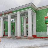 """Вот такой красавец. На фасаде - гордость района: народный хор и """"Подворье""""."""