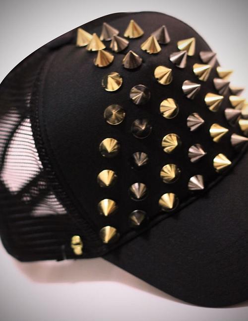 boné customizado com spikes