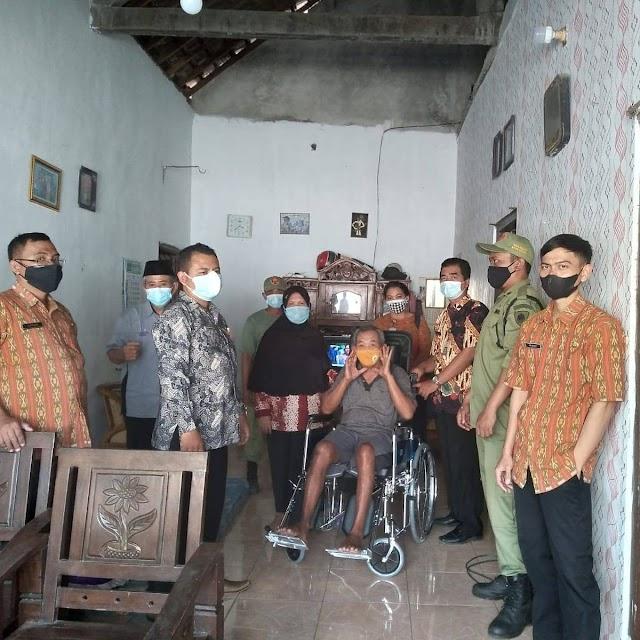 Penyandang Disabilitas di Kota Kediri Mendapat Bantuan Kursi Roda