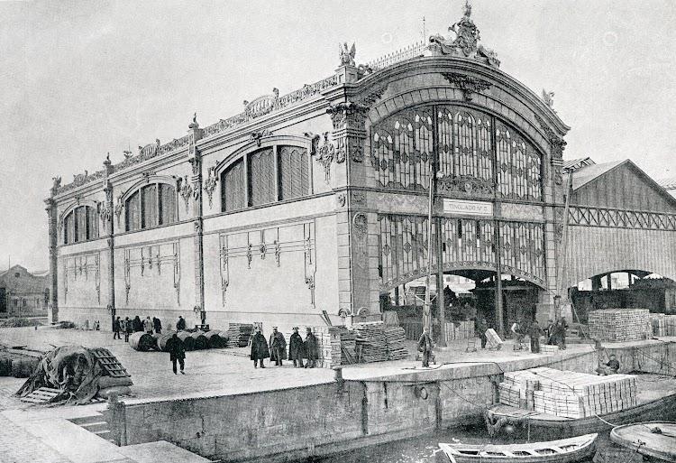 Pabellon exterior del deposito Nº 5. Observese la cuidada decoración neomodernista. Del libro Puerto de Valencia. Memoria Sobre el Progreso y Estado de las Obras durante el Año 1913.JPG