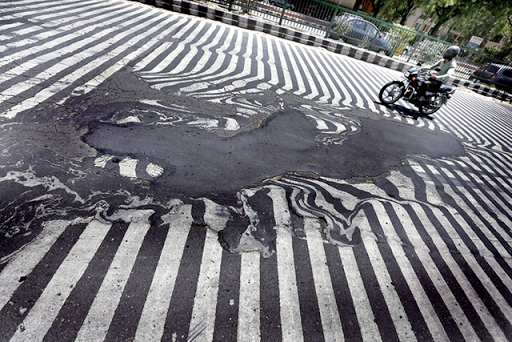 A road melts near Safdarjung Hospital after the temperature rises to more than 115 degrees Fahrenheit during hot weather in New Delhi, India, on 27 May 2015. Photo: Harish Tyagi / EPA