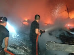 Kebakaran Hebat Meluluhlantakkan 3 Unit Rumah Kayu di Parik Muko