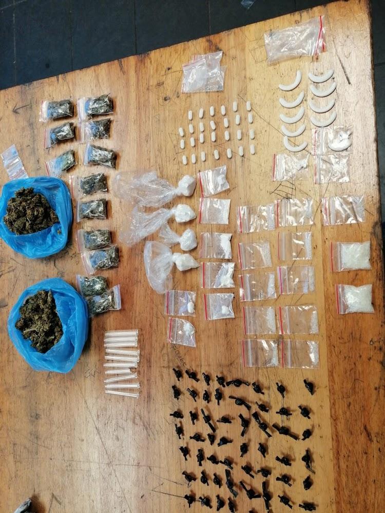 Valke arresteer 'handelaar' met dwelms ter waarde van R74,000 in 'n pragtige voorstad in Durban - SowetanLIVE