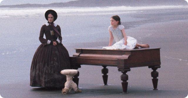 Um Piano na Praia com uma menina em cima