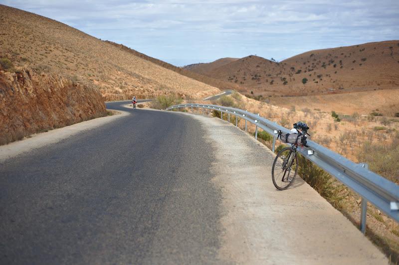 Drumuri pustii si sate la fel de pustiu, printr-un peisaj ce ne aminteste ca Sahara nu e deloc departe.