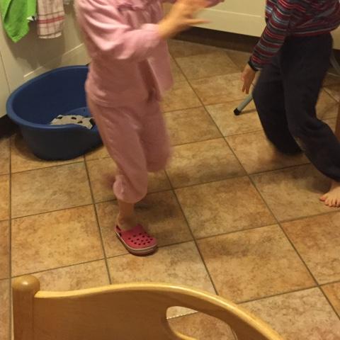 Glückliche Kinder tanzen
