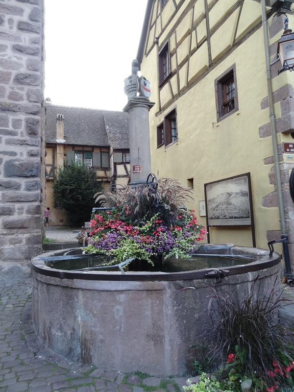 [2017.08.25-055-fontaine-Sinnbrunnen4]
