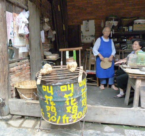 poulet enrobé de terre,probablement argileuse et cuit très longtemps. On dit que  c'est délicieux,mais interdiction formelle de prendre cette photo....