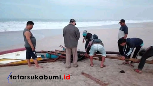 Perahu Nelayan Ujung Genteng Hancur dihantam ombak // Foto : Rudi Imelda