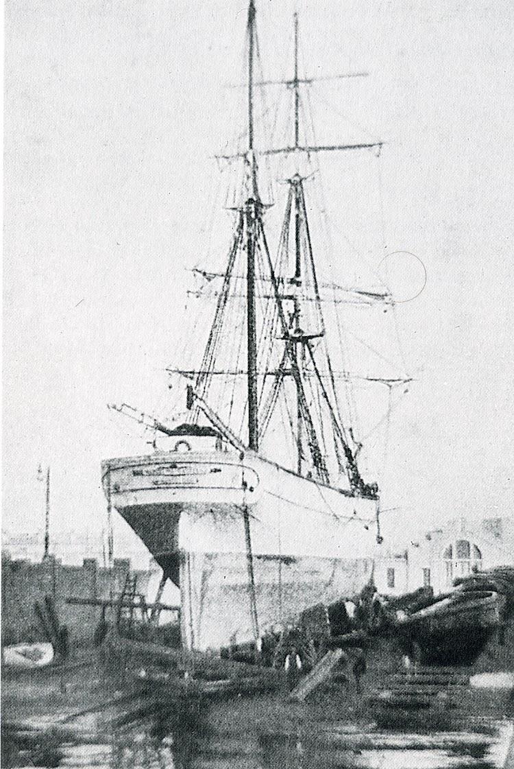 El BALTASAR en el varadero de la Barceloneta. Foto del libro Los ultimos veleros del Mediterraneo. Vol II.jpg